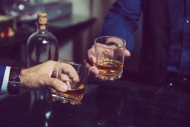 Whisky-Tasting Köln –Zwei Männer stoßen mit Whisky an