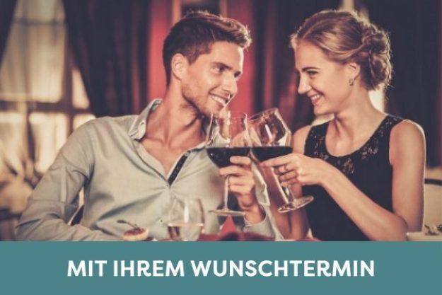 Candle-Light Dinner Frankfurt - Paar stößt an