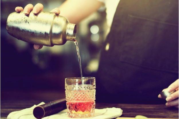 Cocktailkurs Frankfurt - Cocktail eingiessen