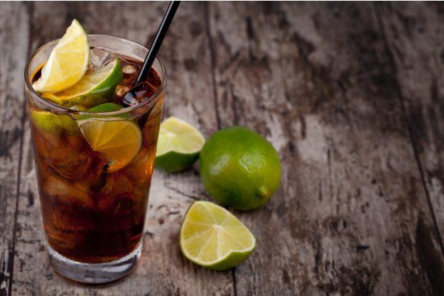 Cocktailkurs in Frankfurt am Main – Cuba Libre auf Holztisch