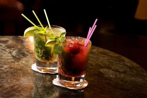 Cocktailkurs in Frankfurt am Main – zwei Cocktails auf Holztisch