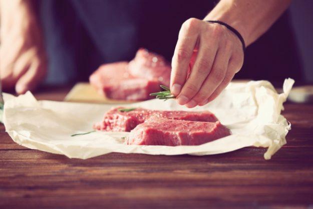 Fleisch-Kochkurs-Gutschein –Steak wird in unseren Fleisch-Kochkursen mit Rosmarin gewürzt