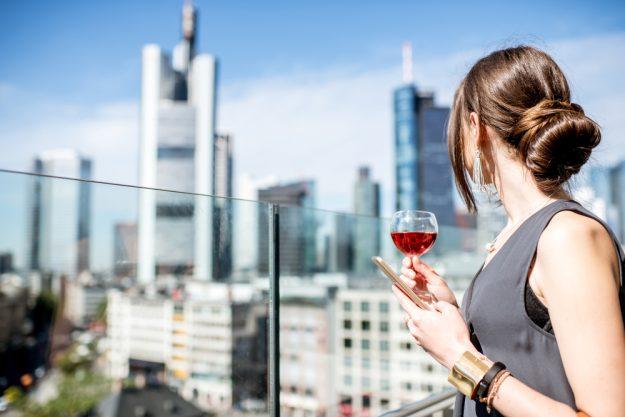Kulinarische Stadtführung Frankfurt – Frau trinkt Wein