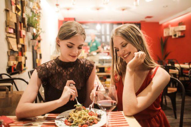 Kulinarische Stadtführung Frankfurt – Freundinnen sitzen in Restaurant