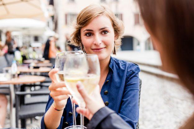 Kulinarische Stadtführung Frankfurt – Freundinnen trinken Weißwein