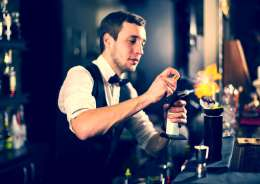 Cocktailkurs in Frankfurt am Main – Barkeeper mixt Cocktails