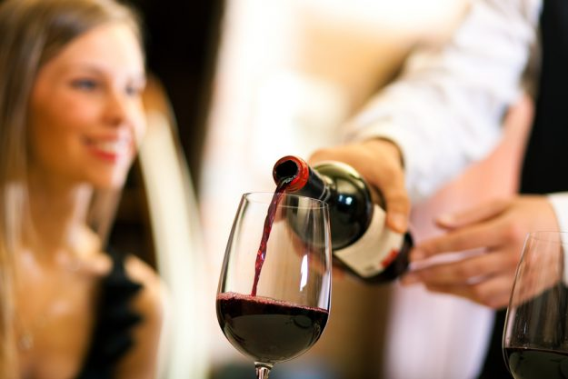 Weinseminar Mannheim - Kellner schenkt Rotwein ein