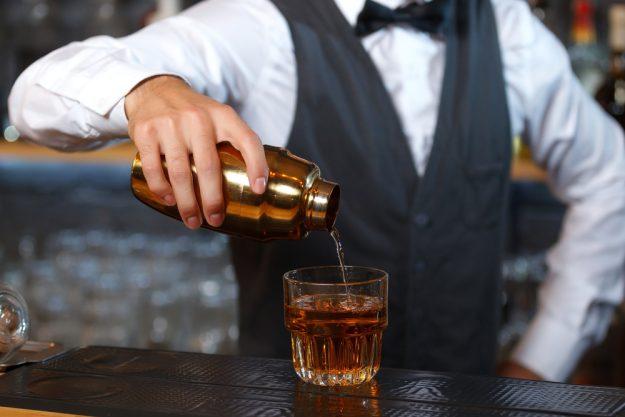 Geschenkgutschein Cocktailkurs – Cocktail eingießen