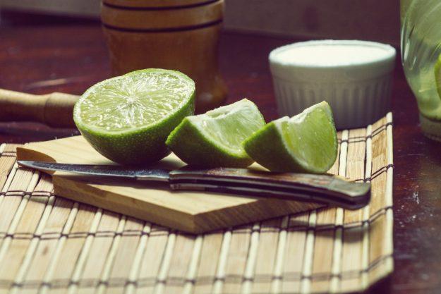Gutschein Gin-Tasting – Frisch aufgeschnittene Limettenspalten