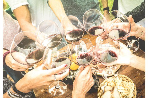 Teambuilding Augsburg – Team trinkt Wein
