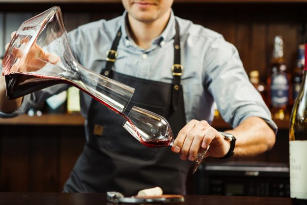 Teambuilding Augsburg – Sommelier trinkt Wein