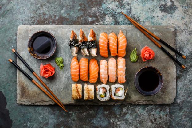 Sushi-Kurs Münster – verschiedene Sushi-Rollen auf der Schieferplatte