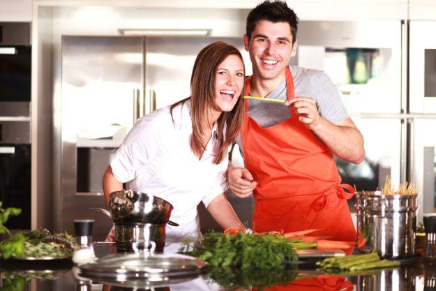 Teambuilding-Kochkurs Münster - Frau und Mann kochen