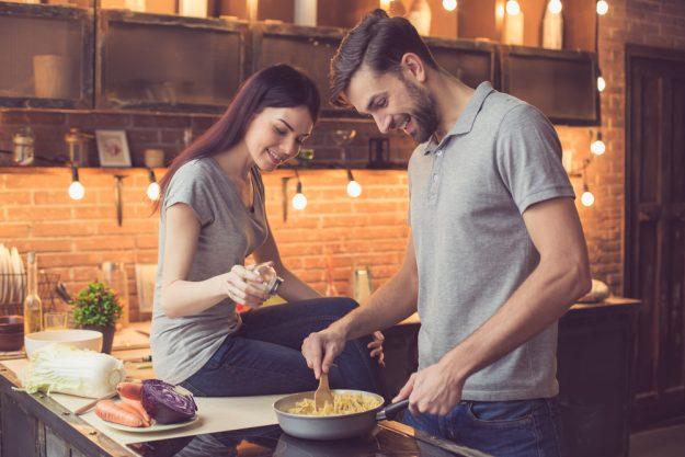 Pasta-Kochkurs Senden – Paar kocht Nudelm