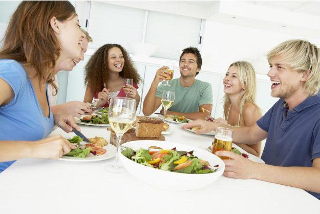 Kulinarische Stadtführung - Freunde essen zusammen