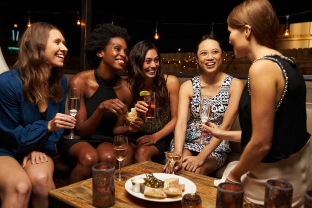 Junggesellenabschied – Mädels trinken in Bar