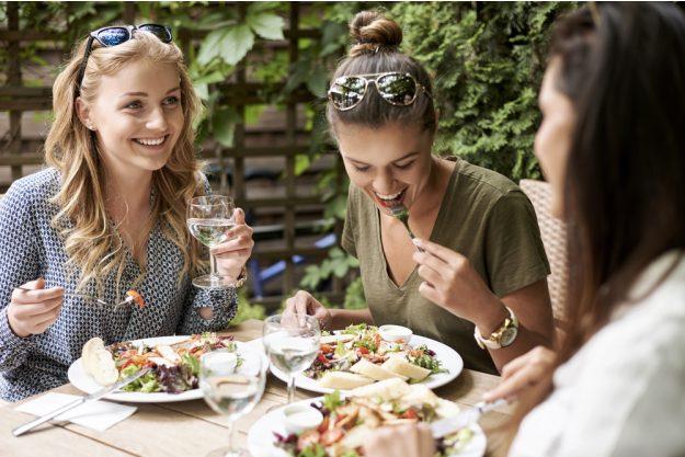 Junggesellenabschied – Freundinnen beim Dinner