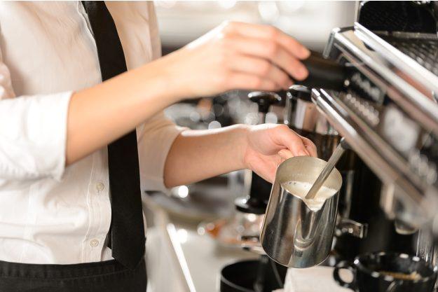 Latte-Art-Kurs Heidelberg - Barista schäumt Milch auf