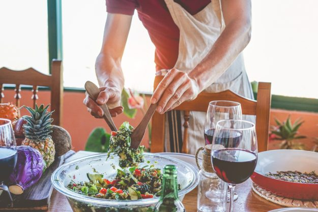 Veganer Kochkurs Heidelberg – Salat servieren
