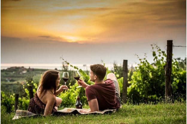 Virtuelle Reise nach Slowenien  Pärchen beim Weintrinken im Weinber