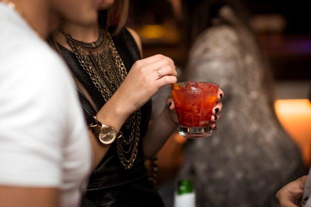 Cocktailkurs Essen – Frau trinkt Bloody Mary