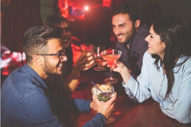 Cocktailkurs Essen – Freunde trinken Drinks