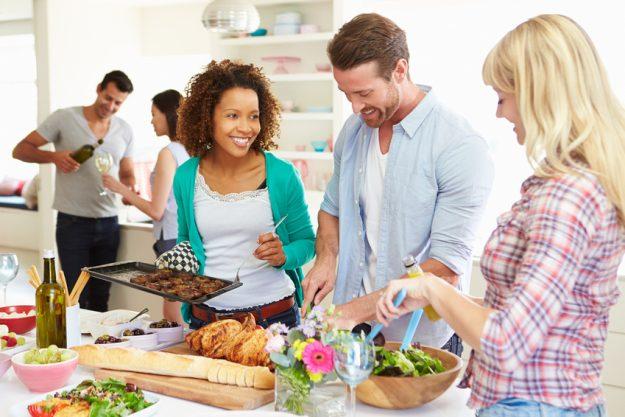 Firmenfeier Essen mit Küchenparty - Kollegen kochen zusammen