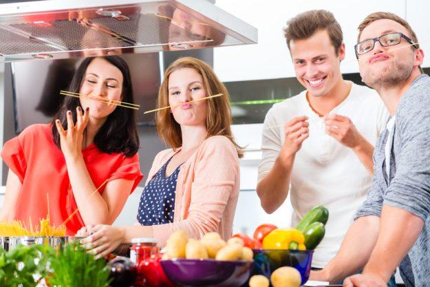 Firmenfeier Essen mit Küchenparty - lustige Kollegen