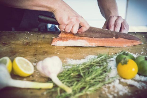 Gutschein für einen gesunden Kochkurs –Zarter Lachs wird filetiert