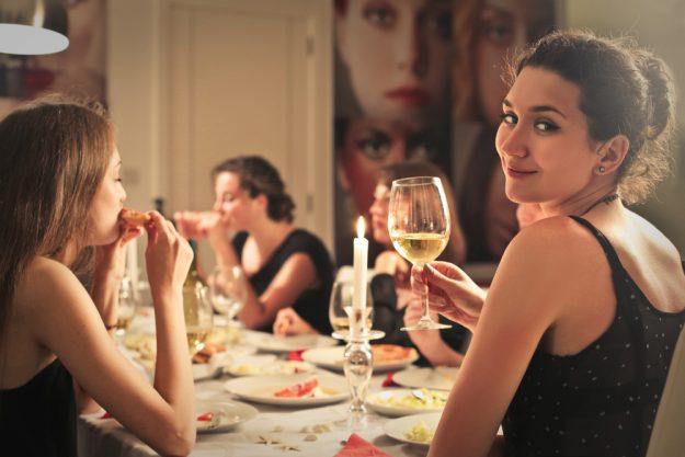 Mädels-Kochkurs Rheurdt – Frau trinkt Wein