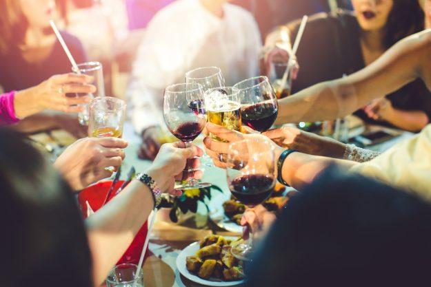 Mädels-Kochkurs Rheurdt – Frauen am Tisch mit Wein