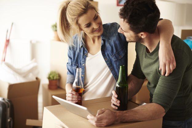 Online Bierverkostung – Paar trinkt Bier zuhause