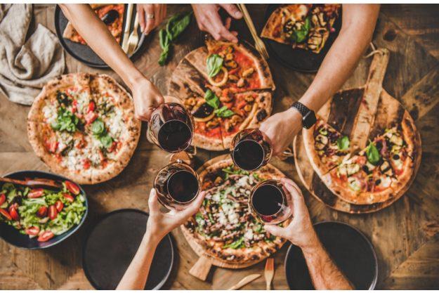 Online-kochkurs-Pizza Pizza essen mit Freunden