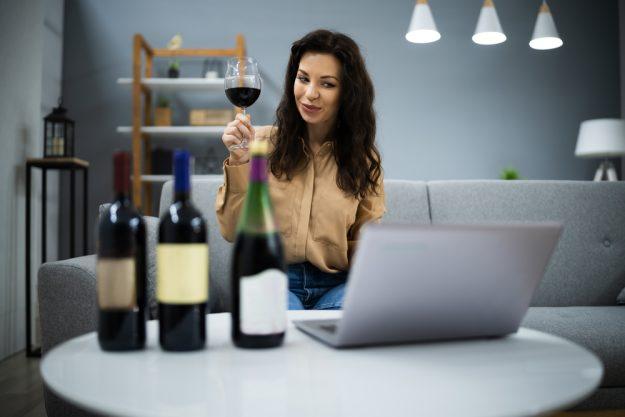 Weinprobe Online – Frau macht Weinprobe zuhause