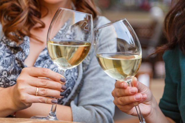 Weinprobe Online – Frauen trinken Weißwein