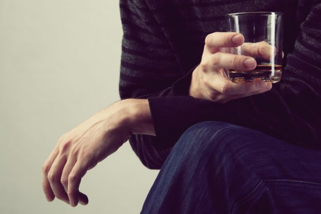 Whisky-Tasting Essen – Mann trinkt Whisky