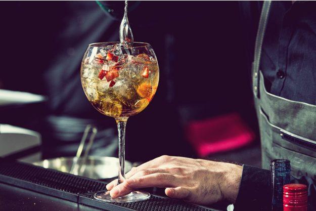 Cocktailkurs in Paderborn –Cocktail mit Erdbeerstücken wird gemixt