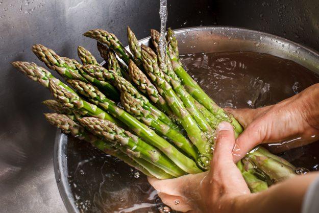 Kochkurs Schwerte – grünen Spargel waschen