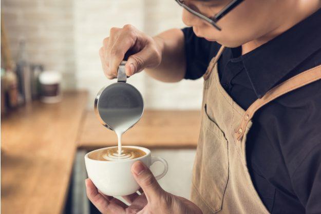 Latte-Art Kurs Herten – Barista bei der Arbeit