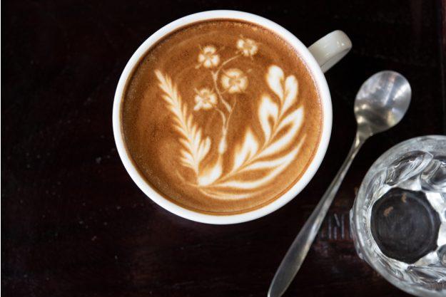 Latte-Art Kurs Herten – Blume im Milchschaum