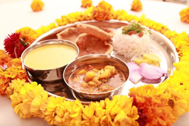 Veganer Kochkurs Stuttgart – veganes indisches Gericht mit Blumen angerichtet