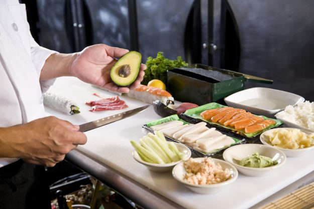Betriebsausflug Stuttgart mit kulinarischer Stadtführung - Sushi Zutaten vorbereiten