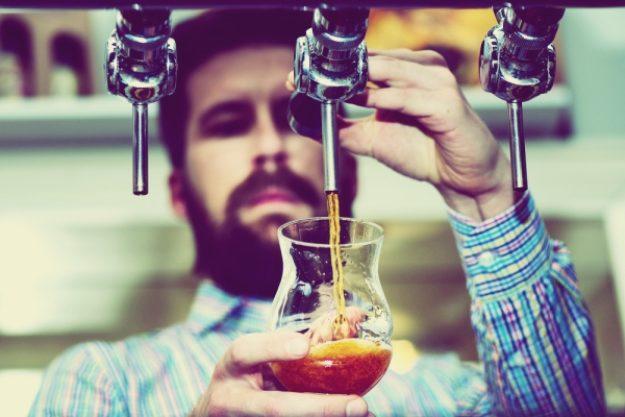Bierproben-Gutschein –Mann zapft frisches Bier ab