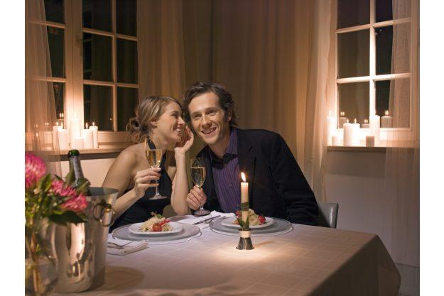 Candlelight-Dinner Stuttgart-Ehingen – Paar flüstert beim Essen