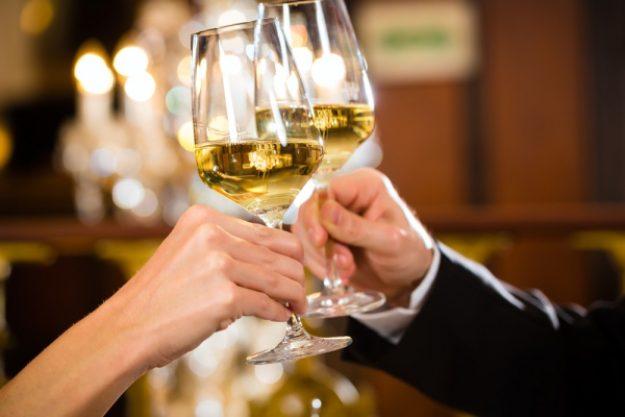 Candlelight-Dinner Stuttgart-Ehingen – Paar trinkt Wein