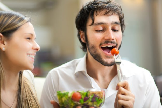 Erotic Food Kochkurs Stuttgart - Frau füttert Mann