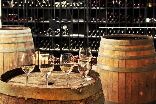Firmenfeier mit Weinseminar in Ludwigsburg – Weinglaeser auf Fass im Weinkeller