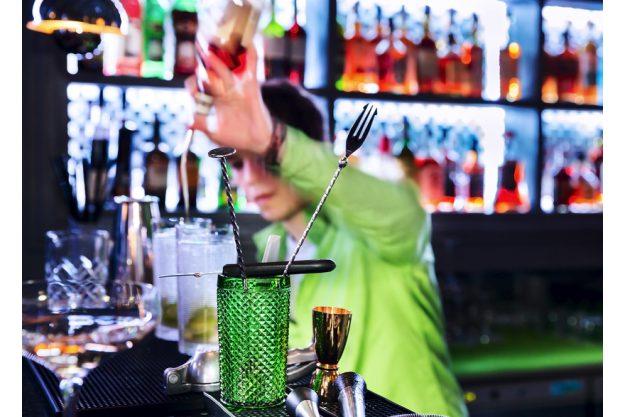 Firmenfeier Stuttgart - Barkeeper shaket einen Drink