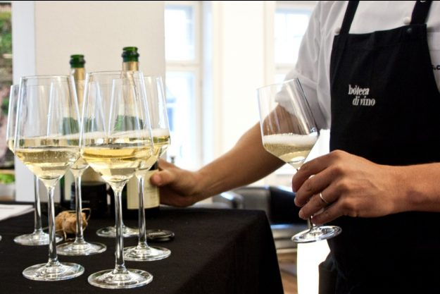 Firmenfeier Stuttgart mit Locationhopping & Kochevent - Weißwein Empfang