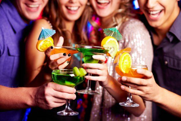 Firmenfeier Stuttgart - Kollegen tirnken fruchtige Drinks Spaß